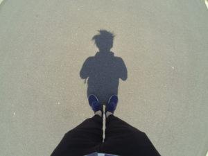 真昼の足元の影