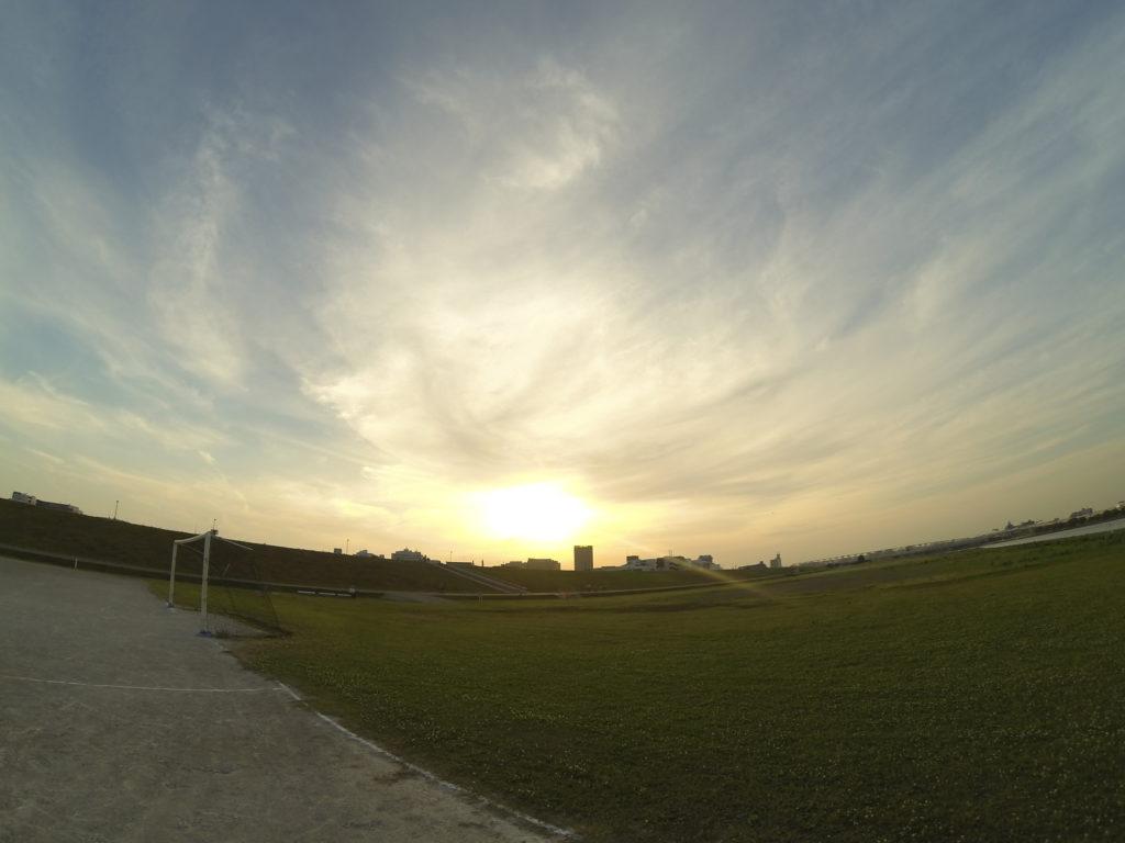 沈む夕陽とゴールポスト