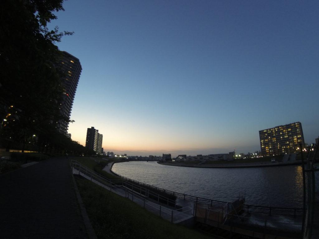 川沿いの街の灯