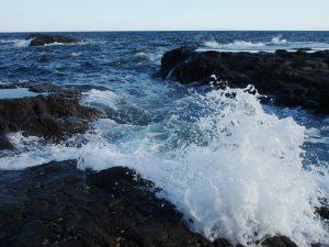 大きな白波が立つ夕方の海