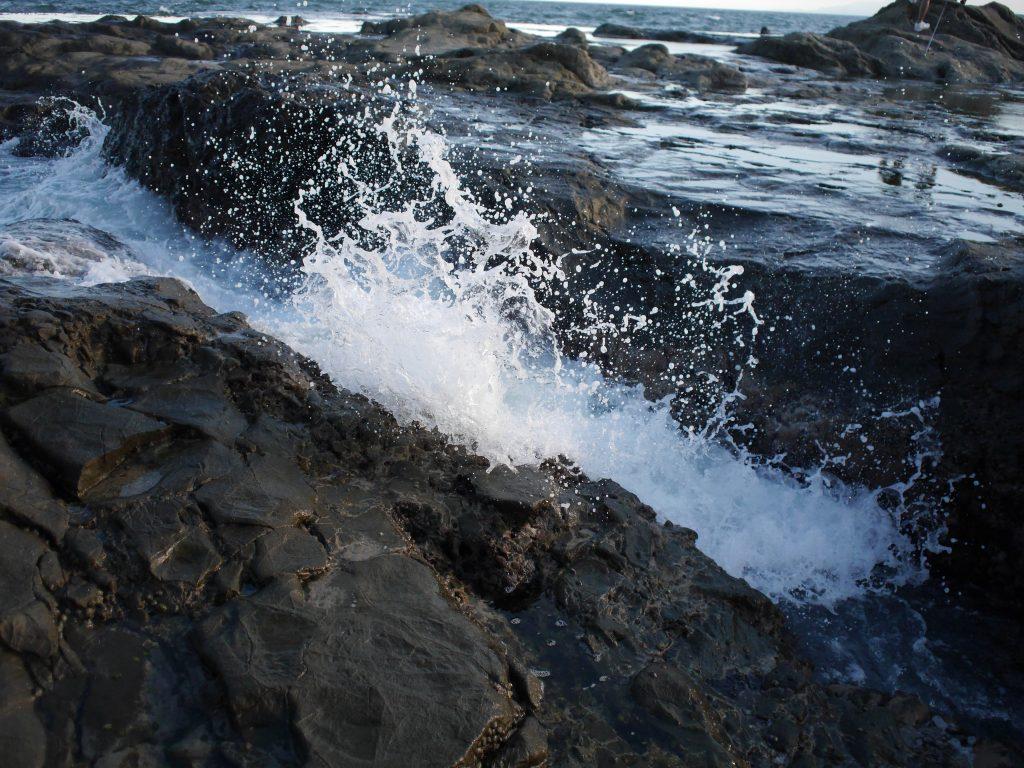 白波が美しい夕方の海