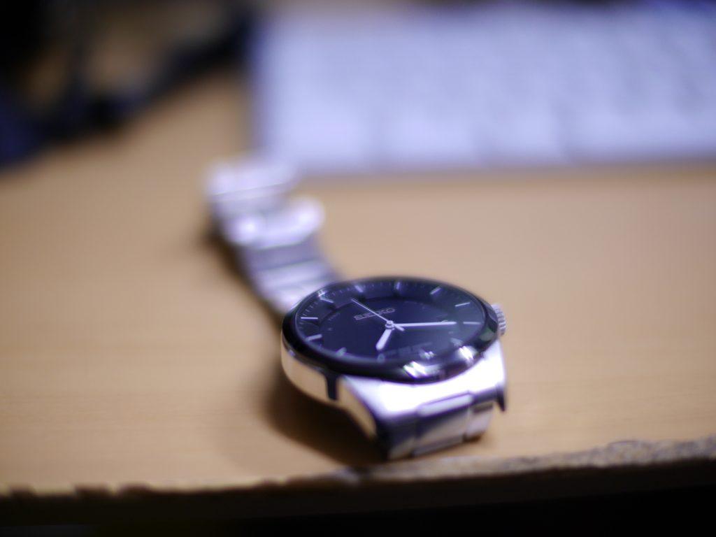 卓上の腕時計
