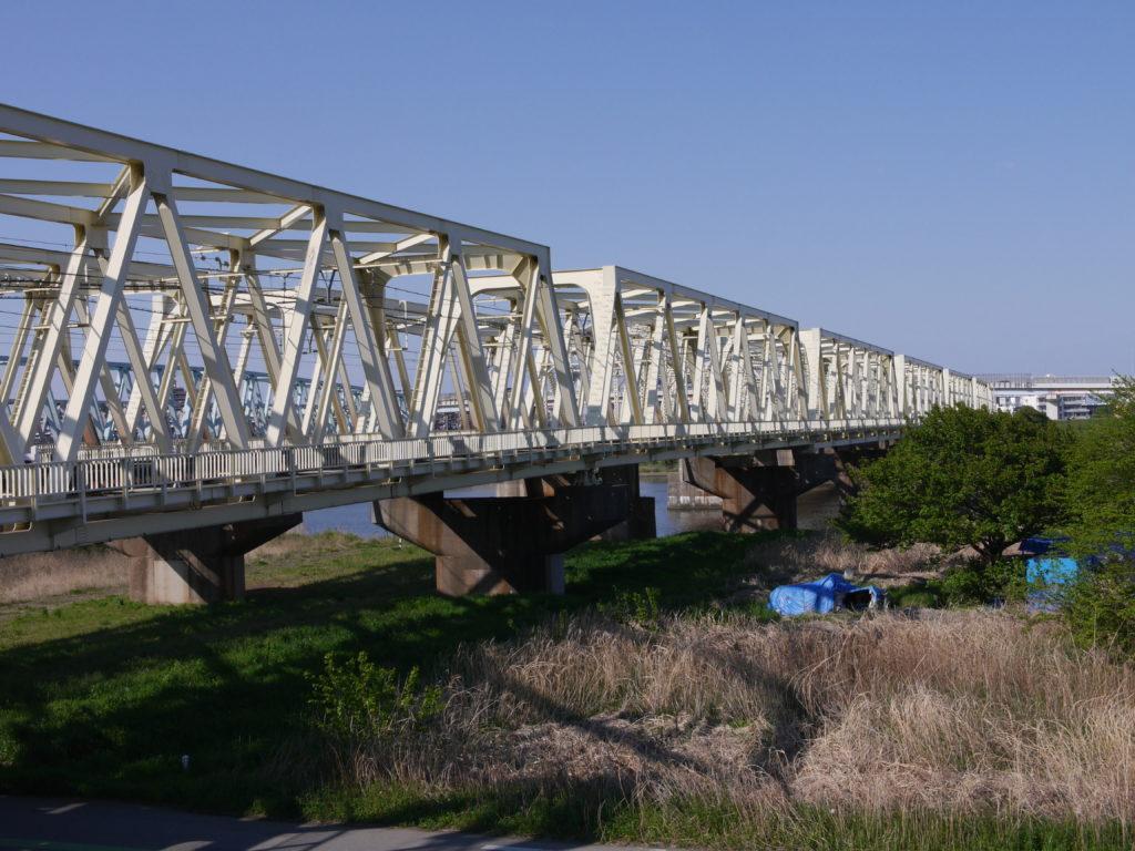 土手から見る青空に映える鉄道橋