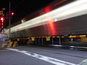 すごいスピード感の電車が通る踏切