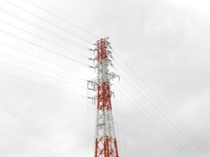 曇り空に映える鉄塔