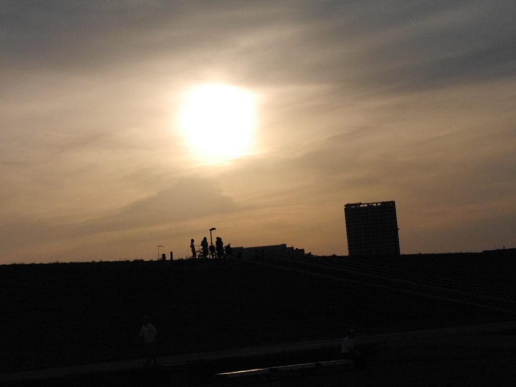 強めの夕陽と青春