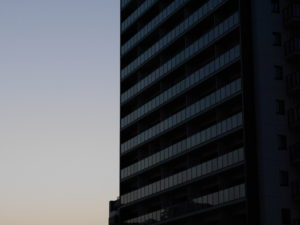 夕暮れのビルの窓