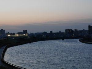 川沿いの街の灯望遠