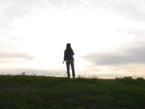 夕暮れに風に吹かれる系女子