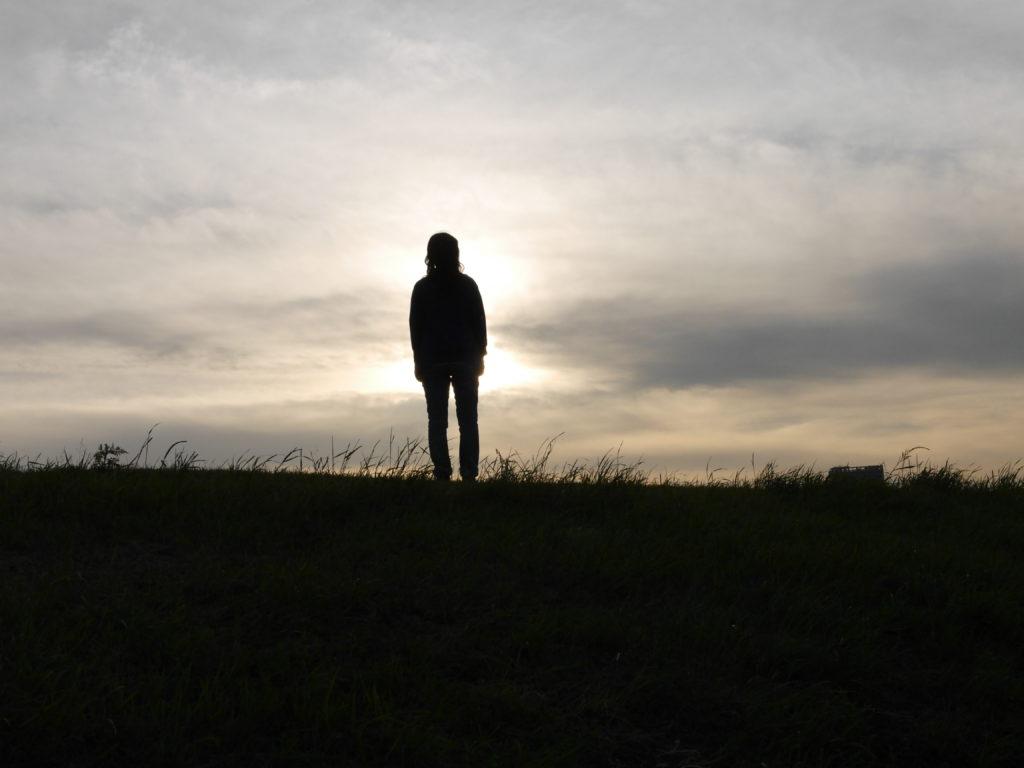 夕暮れに遠くを眺める系女子