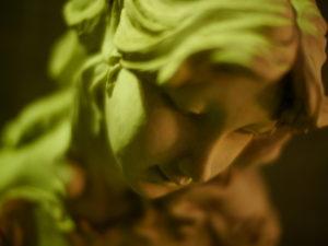 虚げな表情の夜の彫刻