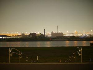 夜の川と高速道路