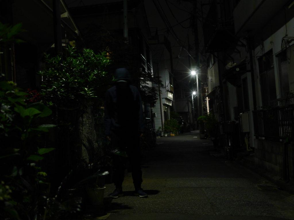 住宅街の怪しい人影