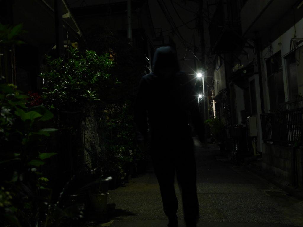 近づいてくる怪しい人影