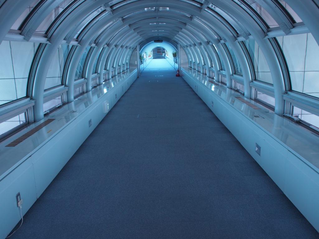 宇宙船の搭乗口のような通路