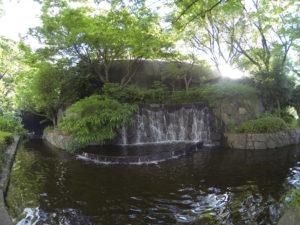 滝と日差しと小さな池