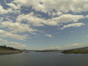 海辺から見る青空と雲