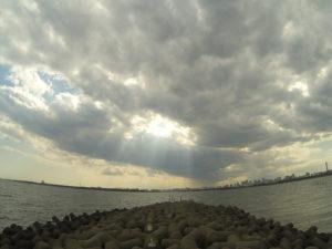 圧迫感の凄い雲と消波ブロック