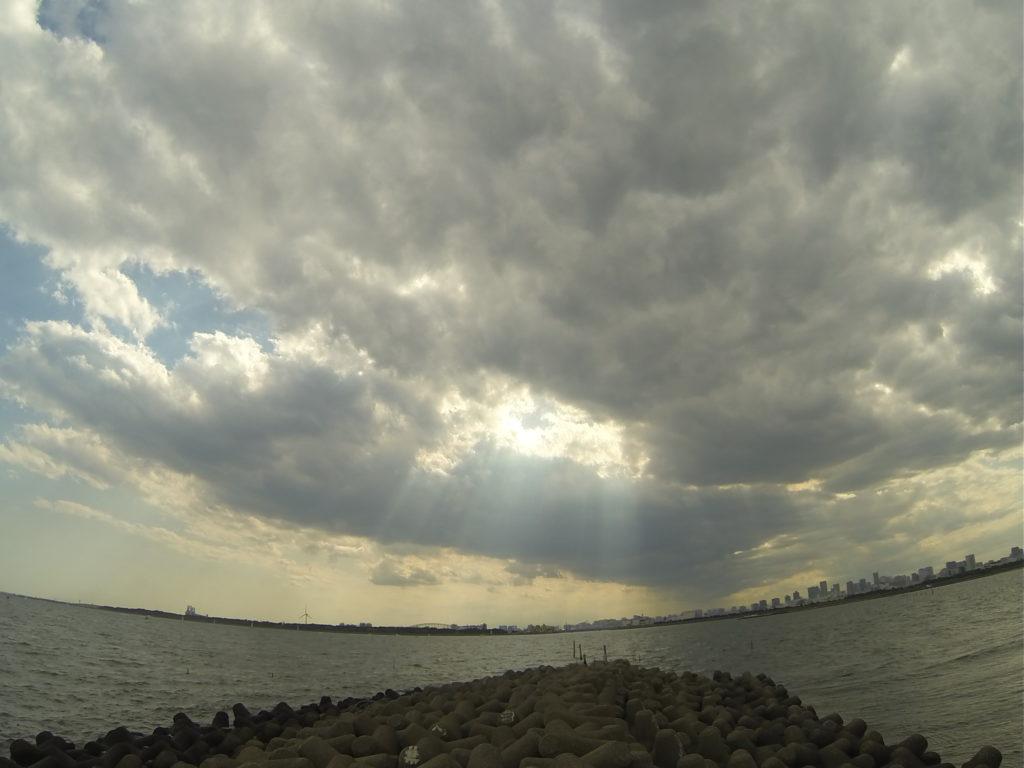 雲の切れ間から射す光と海