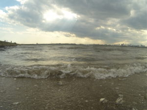 波打ち際から見る雲の切れ間