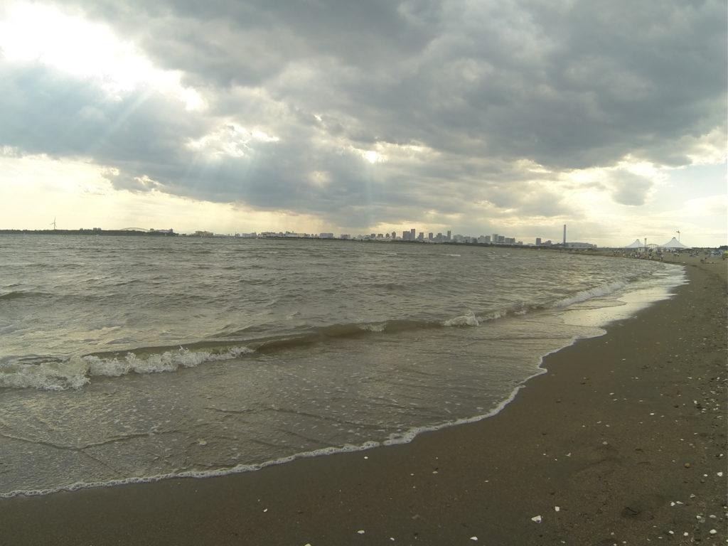 砂浜と分厚い雲