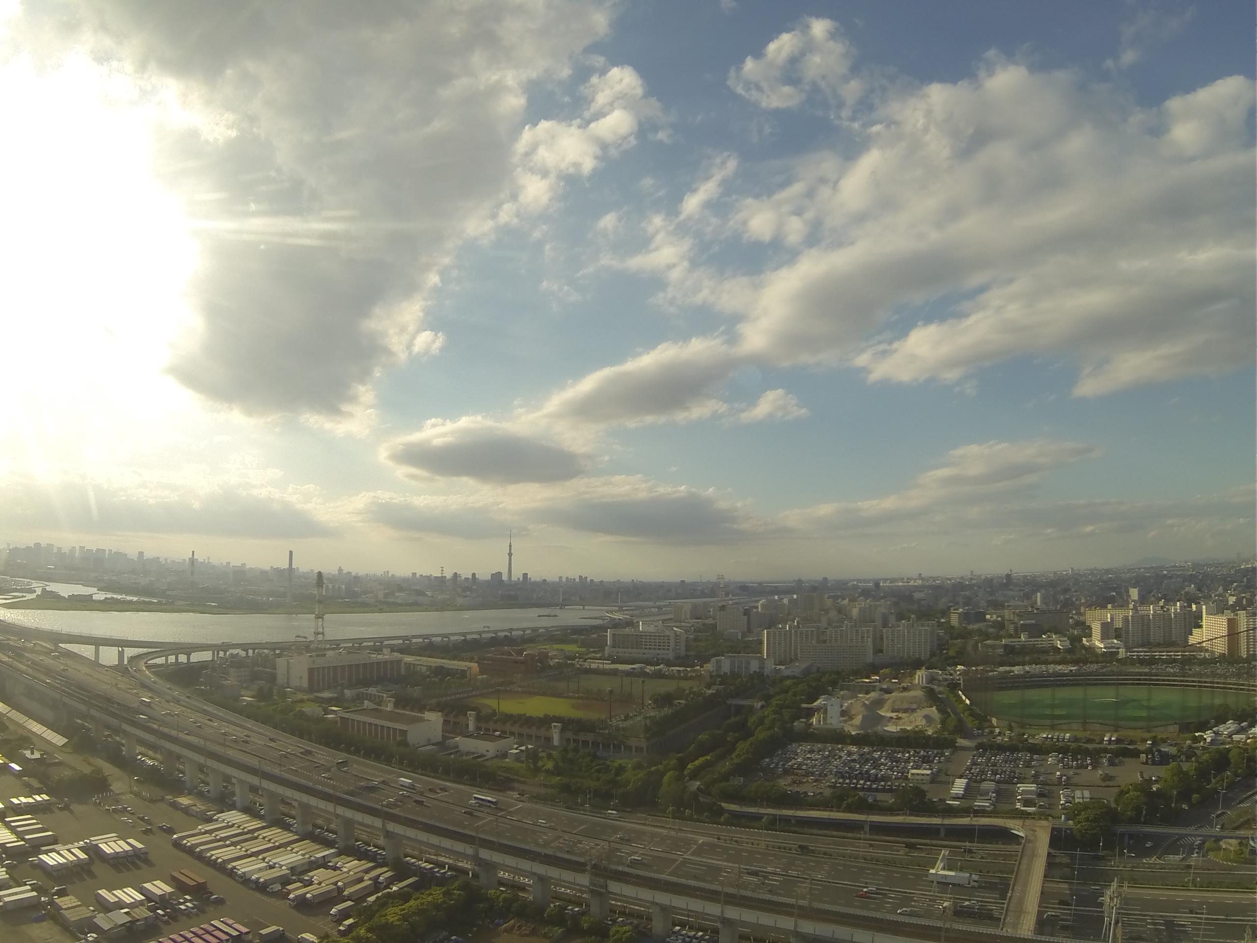 高層から撮る街並みと空