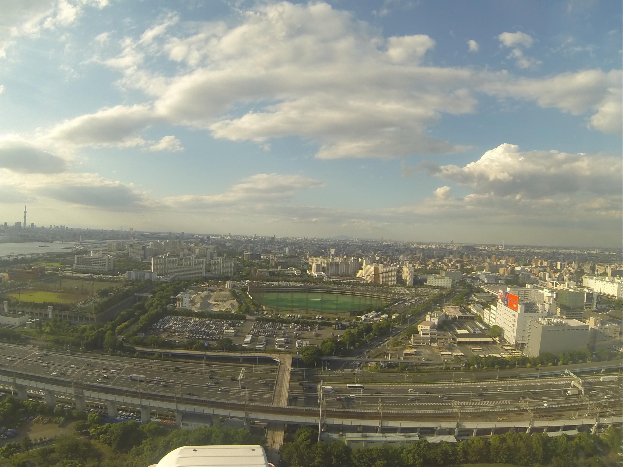 高層からの街並みと雲