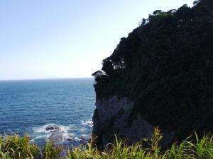 夏の海と断崖絶壁