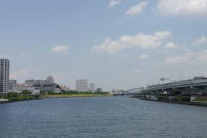 川と高速と夏の青空