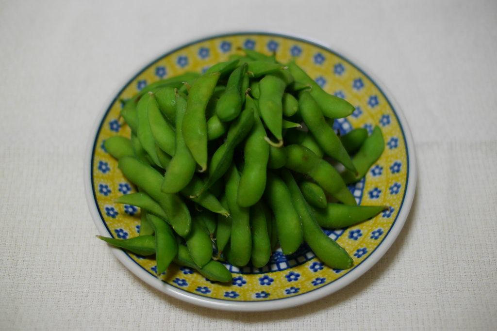 テーブルの上の枝豆