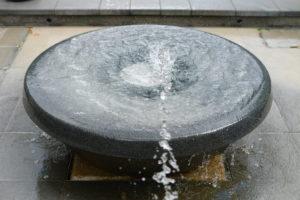 水が落ちる器