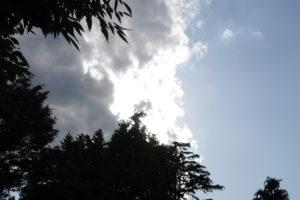 厚い雲に隠れた太陽