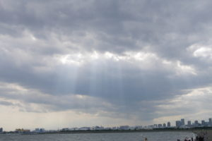 雲の切れ間からビルに降る光