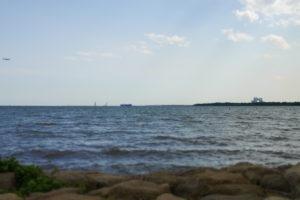ジオラマみたいな遠くの船