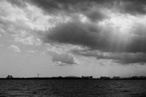 モノクロの海と雲の切れ間