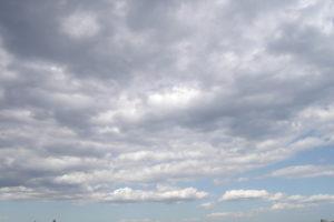 隊列を組んでいるような雲