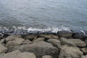 岩場の波打ち際