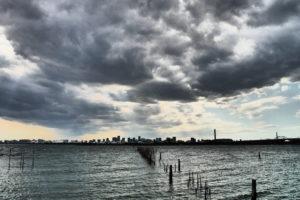 ホラー感のある海と雲とビル