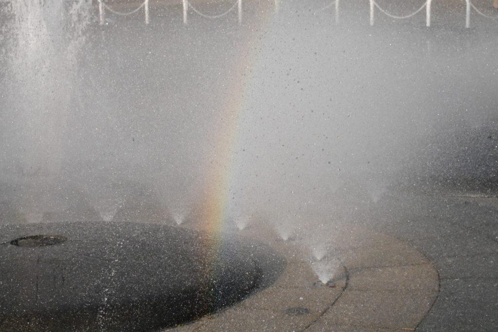 噴水に浮かぶ虹