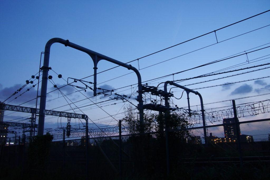 夕闇の中の送電線