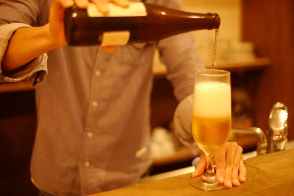 ビールを注ぐバーテンダー