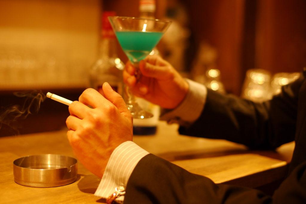 カクテルとタバコを愉しむサラリーマン