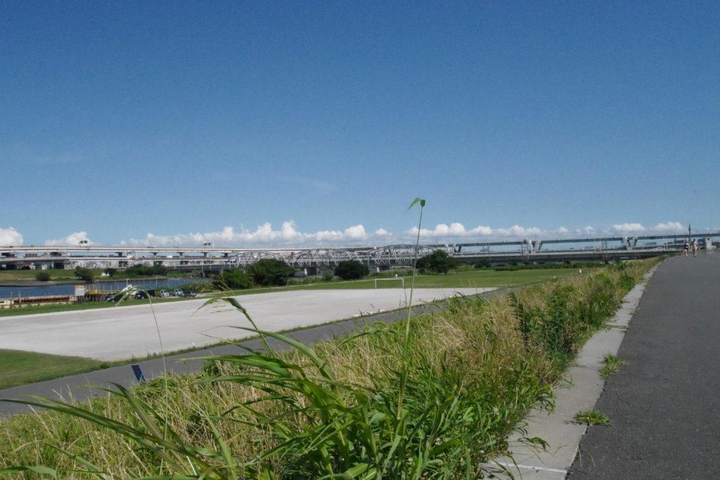 荒川の土手と高速道路