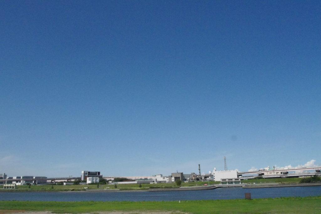 荒川と真っ青な空