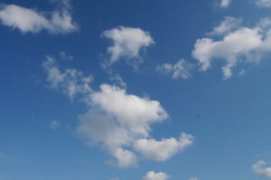 夏っぽい真っ青な空と白い雲
