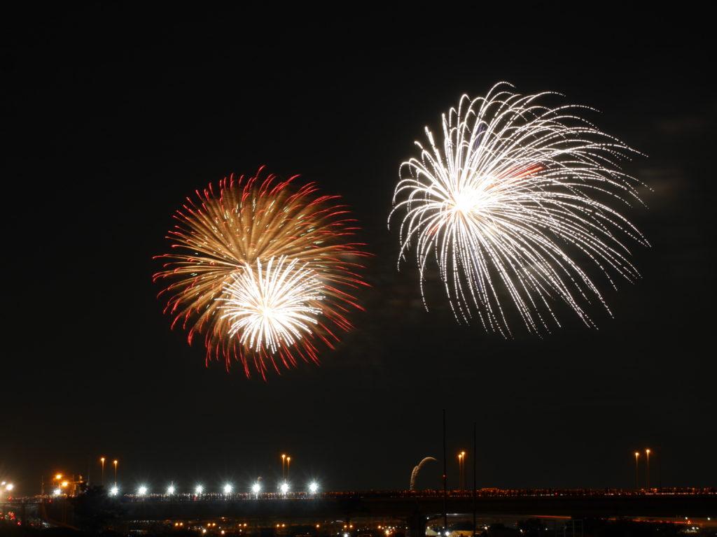 風に流れる花火の写真