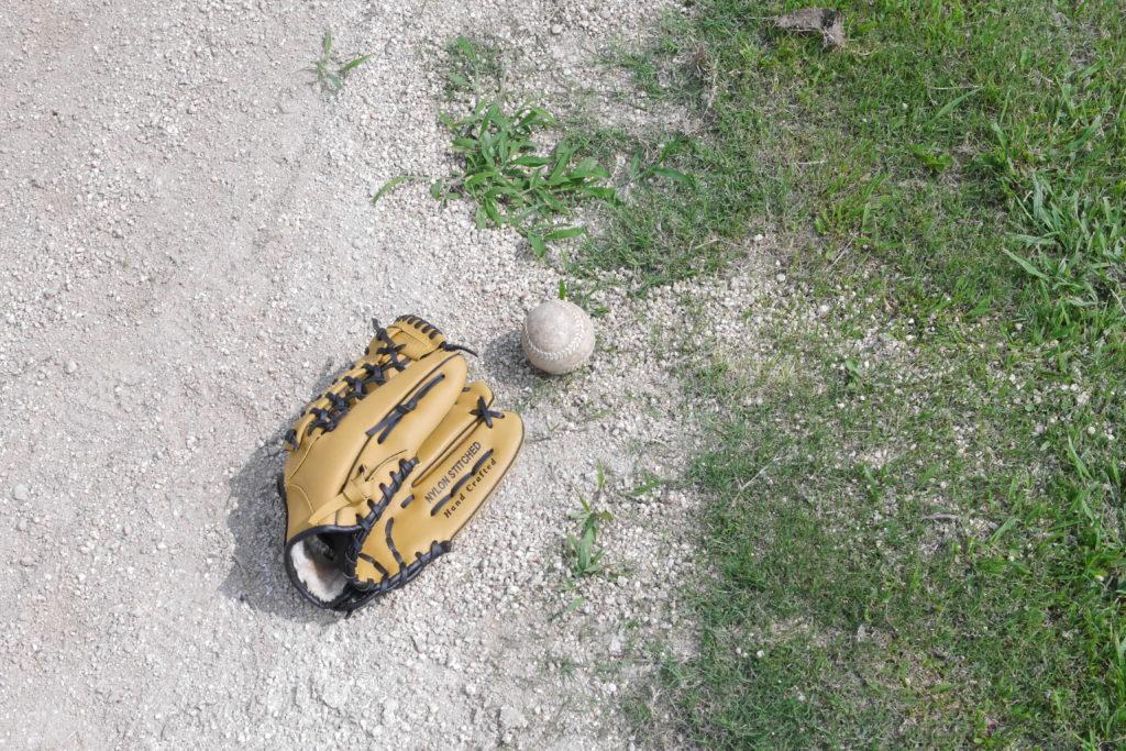 グラウンドに置かれたグローブとボール
