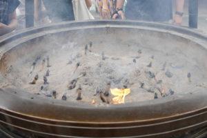 浅草寺の線香が焚いてあるところ
