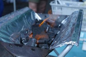 炎が上がる木炭