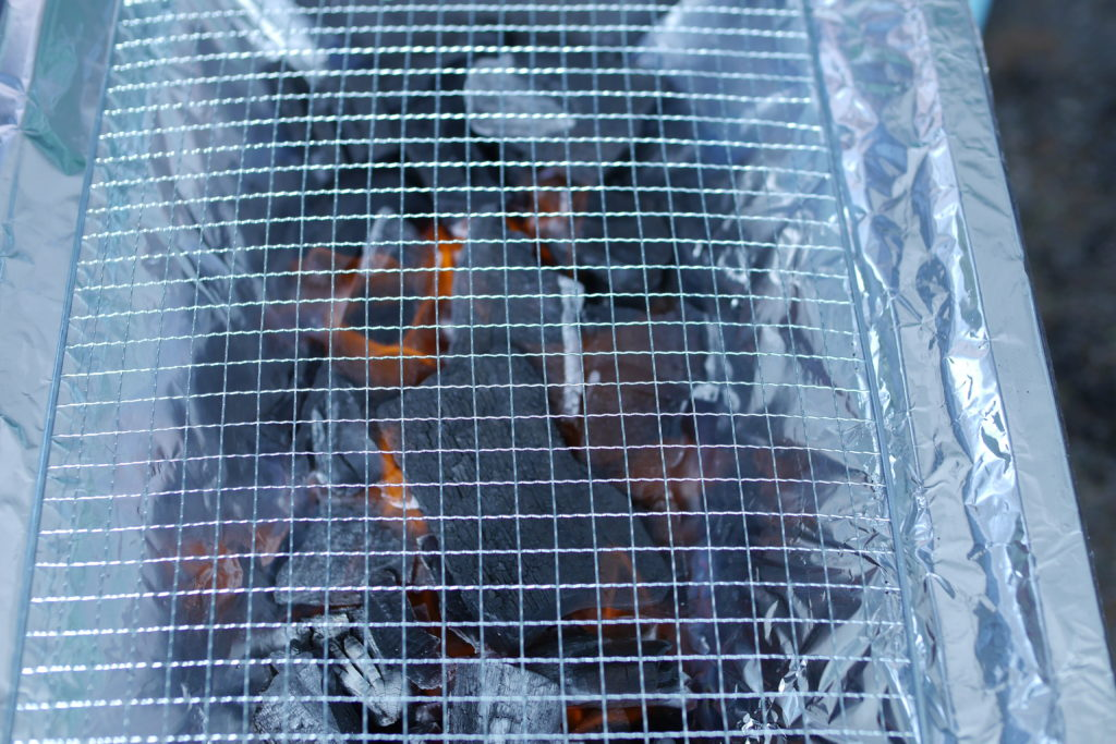 木炭とバーベキューの網
